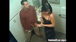 Le hace sexo fellatio al tío de su esposo en una fi...