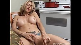 Sexy milf has a soaked fur pie