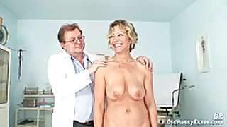 Vanda has her sexually excited aged cunt opened by spec...
